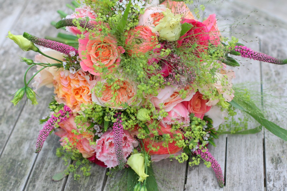 coral and peach brides bouquet