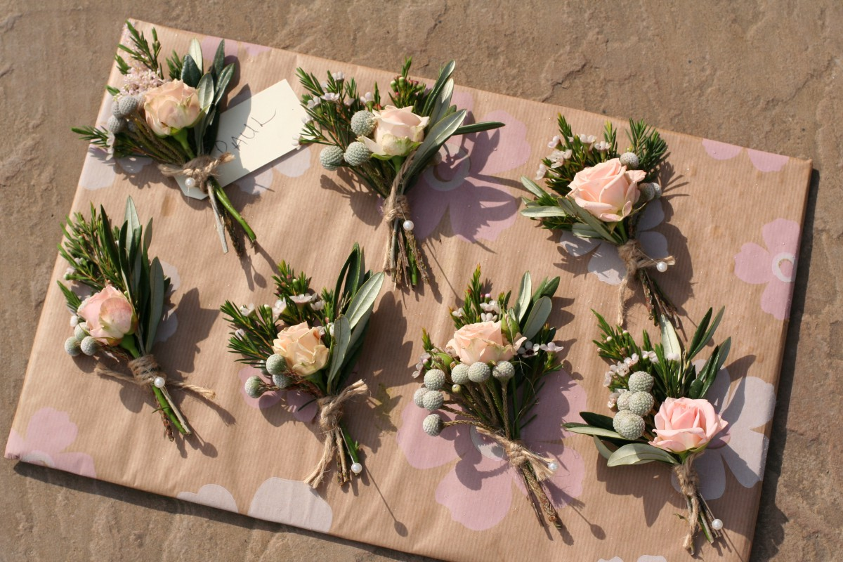 How To Make Wedding Buttonholes: Rustic Peach Buttonholes