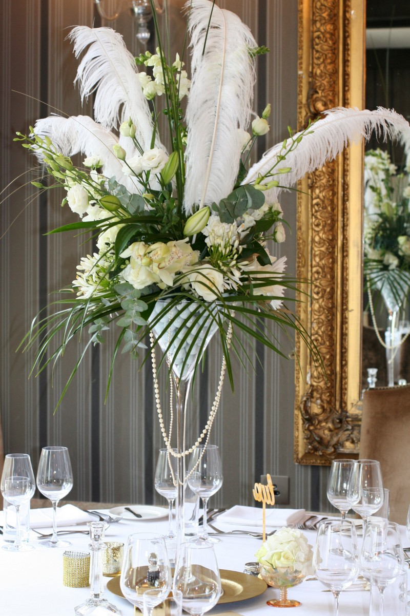 table centre with feathers for a Gatsby inspired wedding