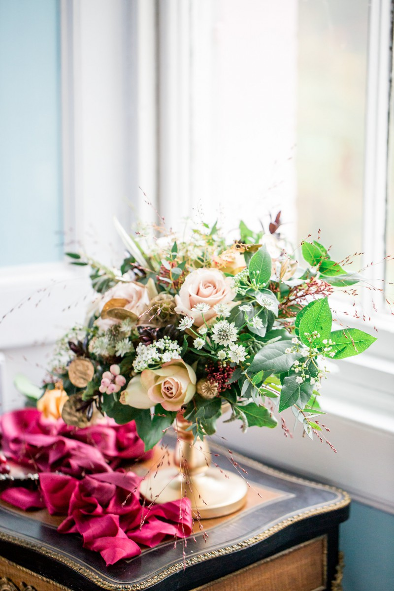 gold and blush table arrangement